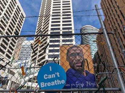 """Un cartel con la imagen de George Floyd y su """"No puedo respirar"""" en una valla de Minneapolis."""