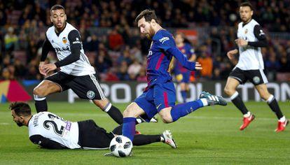 Messi se dispone a chutar ante Montoya y Coquelin, durante el partido de ida de las semifinales de la Copa del Rey