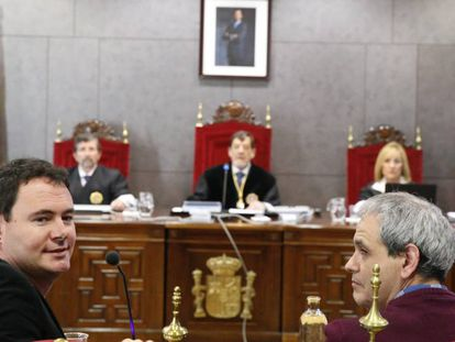 El presidente de Sortu, Hasier Arraiz (izquierda), ante el tribunal que lo juzga por pertenencia a ETA.