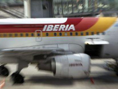 Un avión de Iberia en una de las pistas del aeropuerto de Barajas.