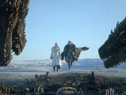 Emilia Clarke y Kit Harington, en el primer capítulo de la última temporada de 'Juego de tronos'.