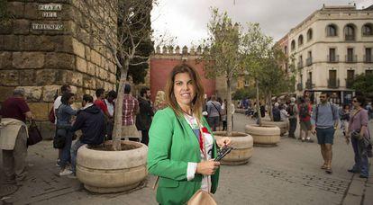 Isabel García, frente al Alcázar de Sevilla, uno de los lugares que recorre como guía turístico tras cerrar su agencia de viajes.