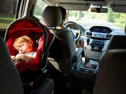 Un niño duerme a contramarcha.