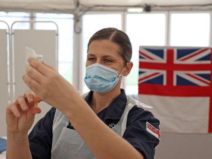 Una médico militar prepara una dosis de la vacuna de AstraZeneca en Bath (Reino Unido), este miércoles.