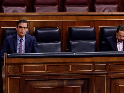 El presidente del Gobierno, Pedro Sánchez, y el vicepresidente segundo, Pablo Iglesias, durante la sesión de control al Gobierno este miércoles.