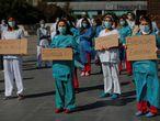 """GRAF1924. MADRID, 28/09/2020.- Un grupo de enfermeras se manifiesta en el exterior del hospital La Paz en Madrid este lunes. El sindicato de enfermería SATSE ha anunciado que convoca una huelga indefinida en toda la sanidad pública a partir del 7 de octubre, que afectará a la Atención Primaria, hospitales, Summa 112 y a las residencias de mayores públicas. """"Estamos hartos de soportar plantillas exiguas, que se nos niegue la posibilidad de conciliar, de no poder cuidar de nuestros hijos o de tener que encadenar contratos (algunos de horas de duración) que nos impide una mínima estabilidad en el empleo"""", explica la secretaria general de SATSE, Teresa Galindo. EFE/ Emilio Naranjo"""