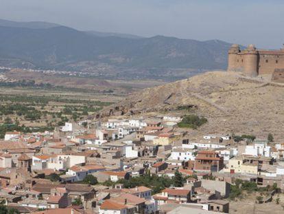 El castillo de La Calahorra se alza sobre la colina del Marquesado del Zenete.