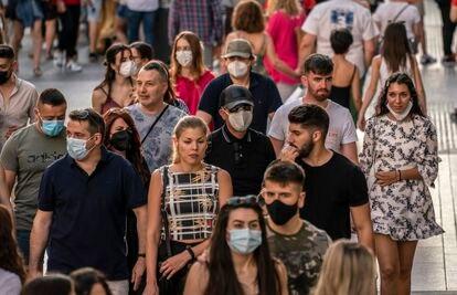 Transeúntes por la Gran Vía de Madrid el 29 de junio, el primer día en que dejó de ser obligatoria la mascarilla en exteriores.