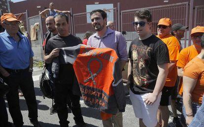 Alberto Garzón, este jueves con trabajadores de Arcelor Zumárraga (Gipuzkoa).