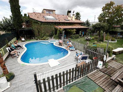 Turistas en una casa rural en Multiva, cerca de Pamplona, la semana pasada.