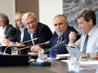 El presidente de la APV, Aurelio Martínez, primero a la derecha, en el consejo de administración de este viernes.