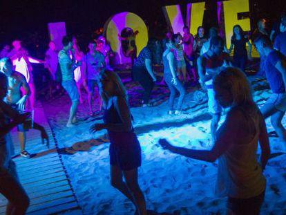Los seguidores del Rototom empiezan a divertirse en el recinto de la playa de Benicàssim.