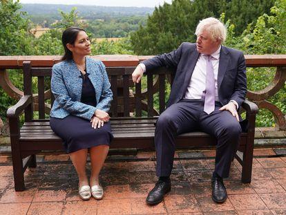 La secretaria de Estado del Interior, Priti Patel, y el primer ministro británico Boris Johnson en una visita a la sede de la policía de Surrey en Guildford, al suroeste de Londres, el 27 de julio de 2021.