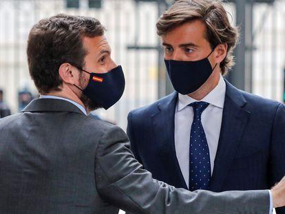 El presidente del Partido Popular, Pablo Casado (izquierda), conversa con el diputado popular Pablo Montesinos a las puertas del Congreso en el ámbito de la sesión de control al Gobierno, el pasado miércoles.