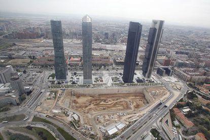 El solar, ya cubierto de tierra, de las cuatro torres de Madrid, iba a albergar un centro de convenciones, proyecto ahora paralizado.