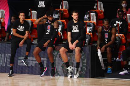Marcus Morris (31), Zubac y Kawhi Leonard (2), en el banquillo de los Clippers durante el séptimo partido ante los Nuggets en la madrugada de este miércoles.