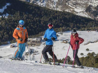 El monitor de esquí Vellimir Mashkarov (izquierda).