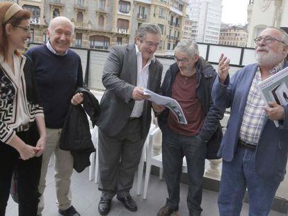 La europarlamentaria de UPyD Maite Pagazaurtundua junto a los profesores universitarios, de izquierda a derecha, Enrique Etxeburua, Manuel Montero, Luis Castells y Fernando Savater.