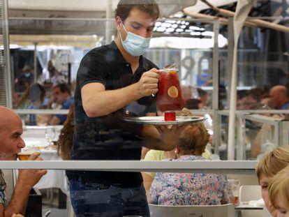 Un camarero sirve una sangria en un restaurante de Pamplona.