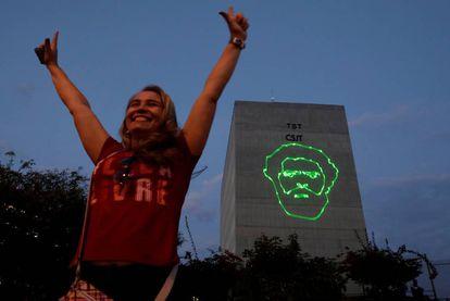 Una mujer se manifiesta a favor de la candidatura del expresidente Lula da Silva