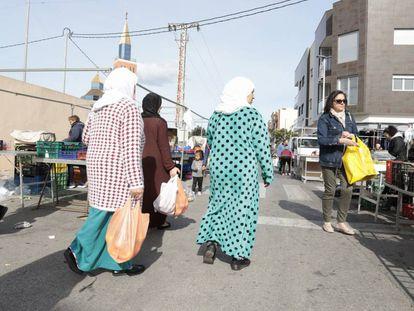 Dos mujeres, este lunes, en el mercado de San Pedro del Pinatar (Murcia).
