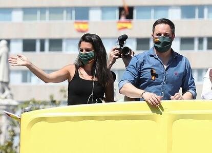 Rocío Monasterio y Santiago Abascal, durante la manifestación convocada por Vox para protestar por las políticas del Gobierno sobre la pandemia.