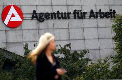 Una mujer pasa junto a la Agencia Federal de Empleo en Colonia (Alemania).