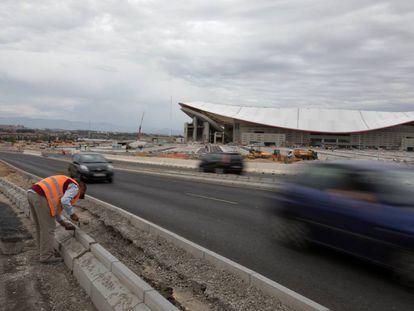 Obras de acceso al estadio Wanda Metropolitano, ayer por la mañana.