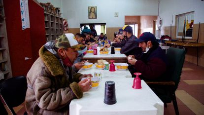 A group of users eat at the Antonio Gil neighborhood center, in Buenos Aires.