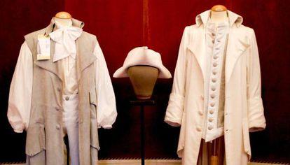 Trajes de la ópera 'Il tutore burlato' subastados por el Teatro Real.