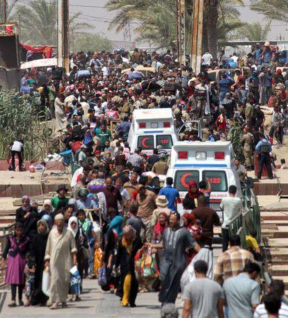 Decenas de residentes en Ramadi que hand ejado su casa, en el puente de Bellbez, el 20 de mayo.