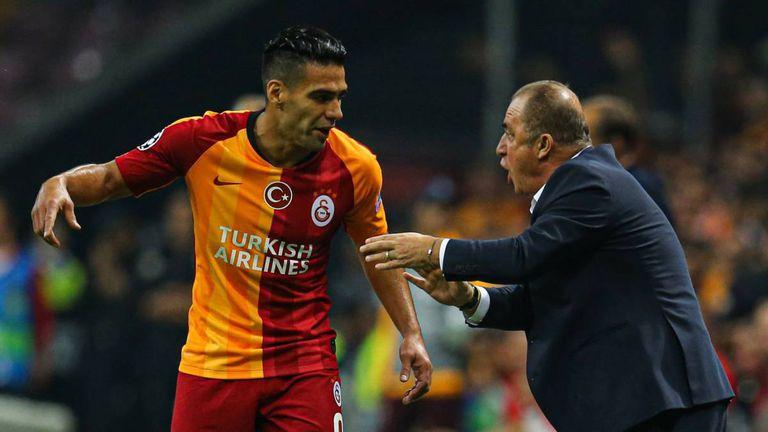 Radamel Falcao recibe instrucciones de Fatih Terim, durante un partido.