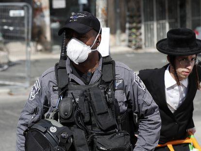 Un policía vigila el distrito ultraortodoxo de Mea Shearim, el martes en Jerusalén.