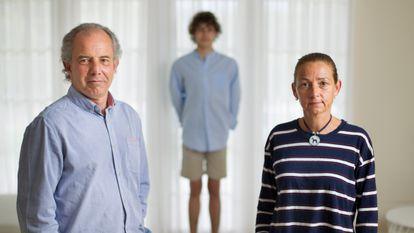Félix Barragán y Ana Gonzalo, con su hijo Javier, de 16 años, en su casa de la sierra madrileña.