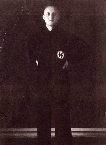 Dickopf, vestido de nazi.