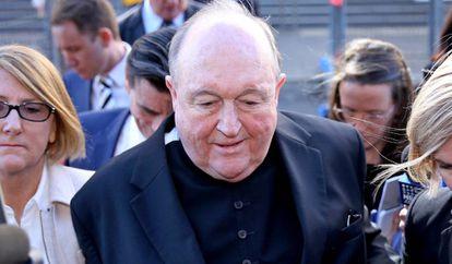 El entonces arzobispo de Adelaida, Philip Wilson, abandona el tribunal de Newcastle (Australia) el pasado mayo.