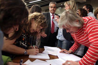Celestino Corbacho, rodeado de periodistas tras el Consejo de Ministros.