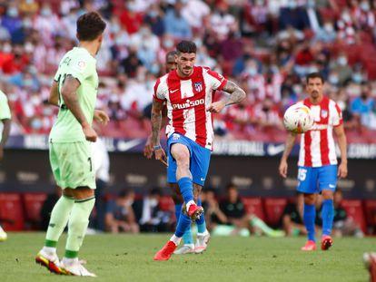 Rodrigo de Paul golpea el balón durante el Atlético-Athletic (0-0) del pasado sábado disputado en el Wanda Metropolitano. / (AFP)