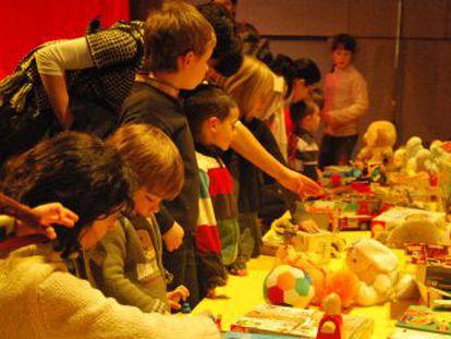 Niños intercambiando sus juguetes por otros en la II edición de 'Sile, nole...'