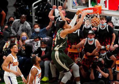 A dunk from Antetokounmpo in the third game of the final between the Bucks and the Suns.