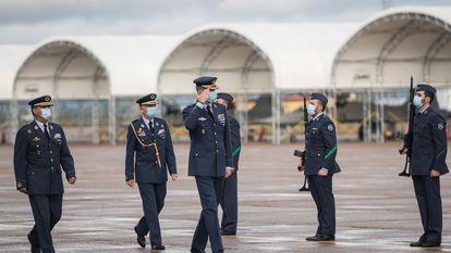 Felipe VI saluda a la formación durante su visita a la base aérea de Talavera La Real (Badajoz), el pasado 14 de diciembre.