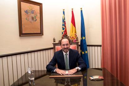 Emilio Bascuñana, alcalde de Orihuela, en su despacho del Ayuntamiento en una imagen municipal.