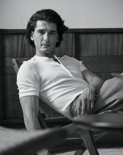 El actor Yon González posa para ICON con una camiseta de Dolce & Gabbana que actualiza la ropa interior.