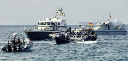 Patrulleras de la Guardia Civil y barcos de Gibraltar, en la bahía de Algeciras en agosto de 2013.