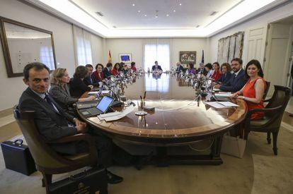 Primer Consejo de Ministros del nuevo Gobierno celebrado en el Complejo de la Moncloa.