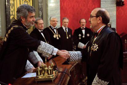 Carlos Lesmes, a la izquierda, felicita a Javier Borrego durante su toma de posesión como magistrado de la sala de lo Contencioso, en 2018.