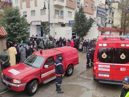 Dos ambulancias en los alrededores de la fábrica textil ilegal de Tánger (Marruecos) en la que este lunes han fallecido más de 20 trabajadores electrocutados.