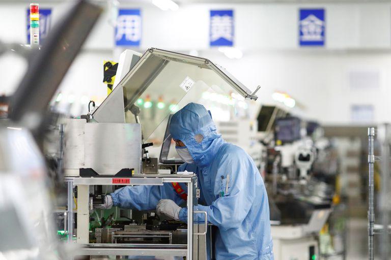 Un empleado trabaja en la fábrica de semiconductores Renesas, en Pekín, el pasado mayo.