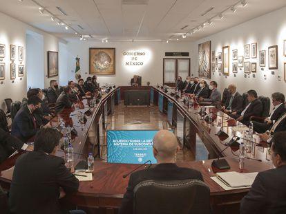 Reunión del presidente López Obrador con autoridades y empresarios, este lunes en el Palacio Nacional.
