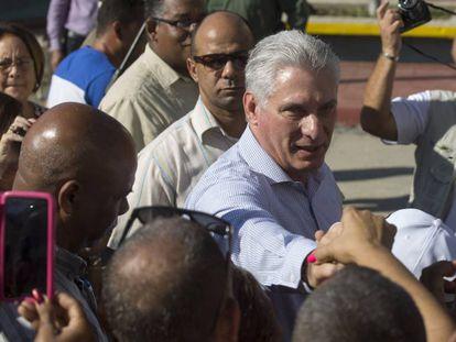 Miguel Díaz-Canel saluda a vecinos de Caimanera este jueves.